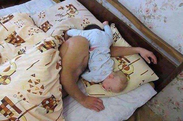 babsının-üstünde-uyuyan-bebek